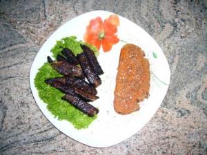 Schweineschnitzel mit Kakao, Pesto auf Brot mit Schokoladenraspeln, Basilikum und Fleur de Sel